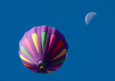 1280px-Hot_air_balloon_and_moon